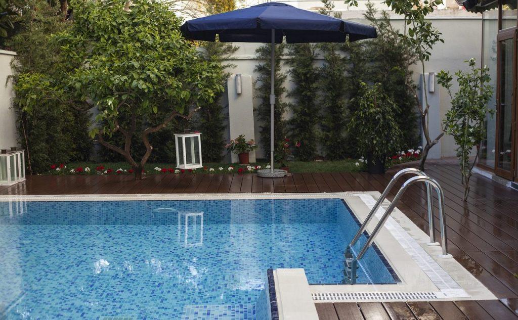 dom z basenem otwartym